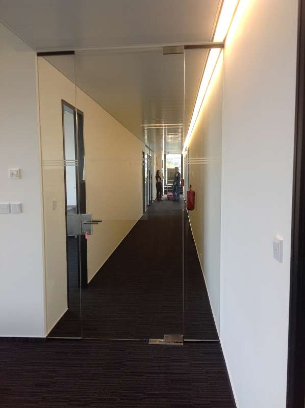 Celoskleněné dveře s dvěma bočními světlíky