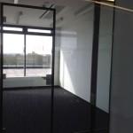 Celoskleněné dveře v hliníkové zárubni ve skleněné příčce