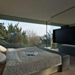 Moderní skleněný zrcadlový obklad v ložnici rodinného domu
