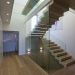 Skleněné zábradlí v kombinaci s celoskleněnou stěnou schodiště
