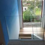 Celoskleněné zábradli schodiště v interiéru