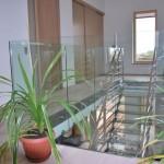 Celoskleněné zábradlí schodiště v interiéru