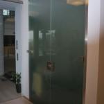 Kyvné celoskleněné dveře - ESG sklo satinato