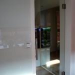 Kyvné celoskleněné dveře